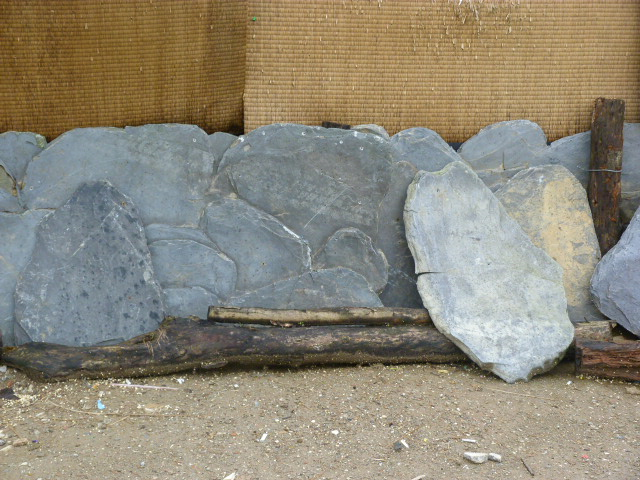 """""""pierres"""" en matière plastique"""