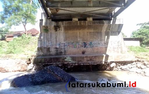 Pondasi tiang jembatan Cimaja Palabuhanratu tergerus arus Sungai // Foto : Rudi Imelda