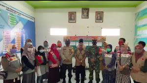 Danramil  Kodim 1628/SB Membantu Mengkoordinir  Masyarakat Penerima Bantuan Dana Stimulan di tiap Desa