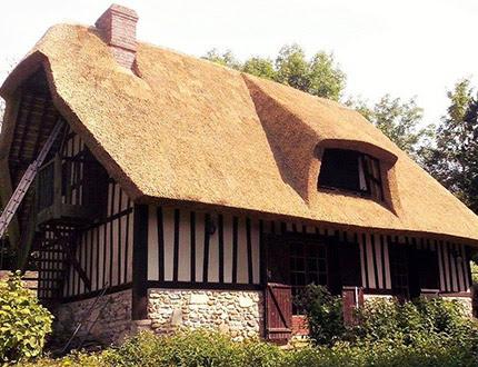 Mały dom z muru pruskiego pokryty strzechą