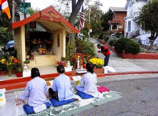 Phật bên hè phố Oakland (Hoa Kỳ)