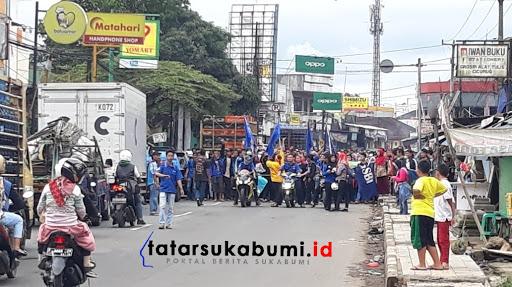 Gaji Belum Dibayar Buruh PT Sentosa Utama Garmindo Turun Kejalan, Jalan Raya Sukabumi - Bogor Macet