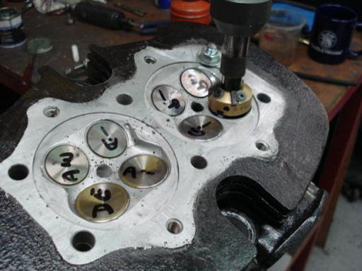 Rodage des soupapes d'un moteur Triumph  Rickmann monté par machines et Moteurs dans un cadre Norton