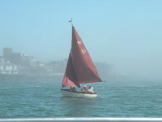 Госпорт. Возвращение в Портсмут на катере. Яхта с красным парусом.