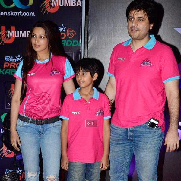 Sonali Bendre and Goldie Behl with their son Ranveer during the opening match of Pro-Kabbadi League, held in Mumbai, on July 26, 2014. (Pic: Viral Bhayani) <br />