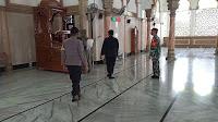 Cegah Penyebaran Covid 19, Brimob Polda Aceh Semprot Disinfektan di Mesjid
