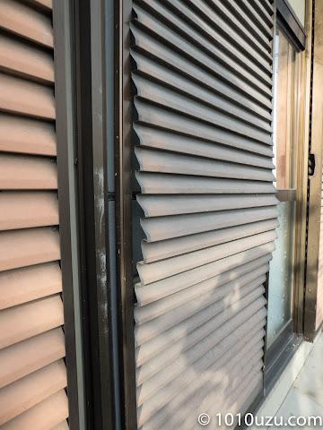 台風でで戸板が外れた雨戸