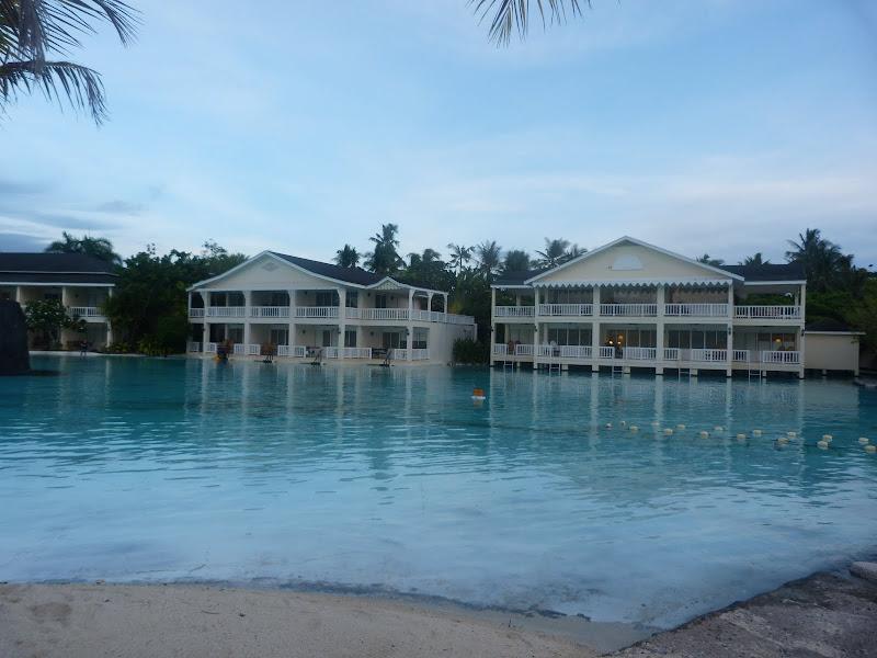 Mactan - Lapu Lapu Un grand hotel, immense piscine d'eau douce, immense piscine d'eau de mer
