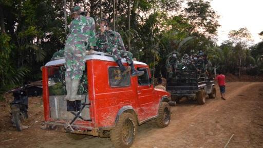 Gotong-royong Sediakan Logistik bagi Anggota Satgas TMMD
