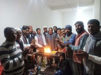 ज्योतिरादित्य सिंधिया के जन्मदिन पर बॉटी मिठाई और कपड़े