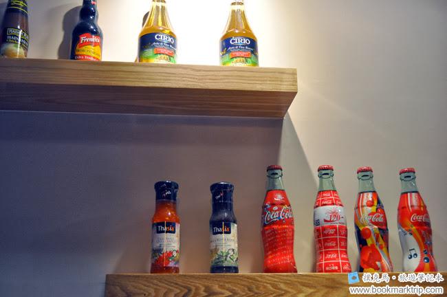 豆子咖啡牆面上裝飾的玻璃瓶