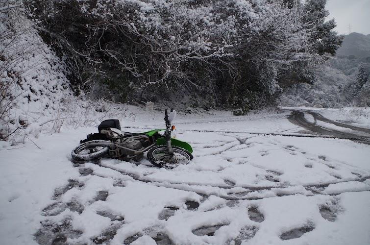 雪で転ぶバイク