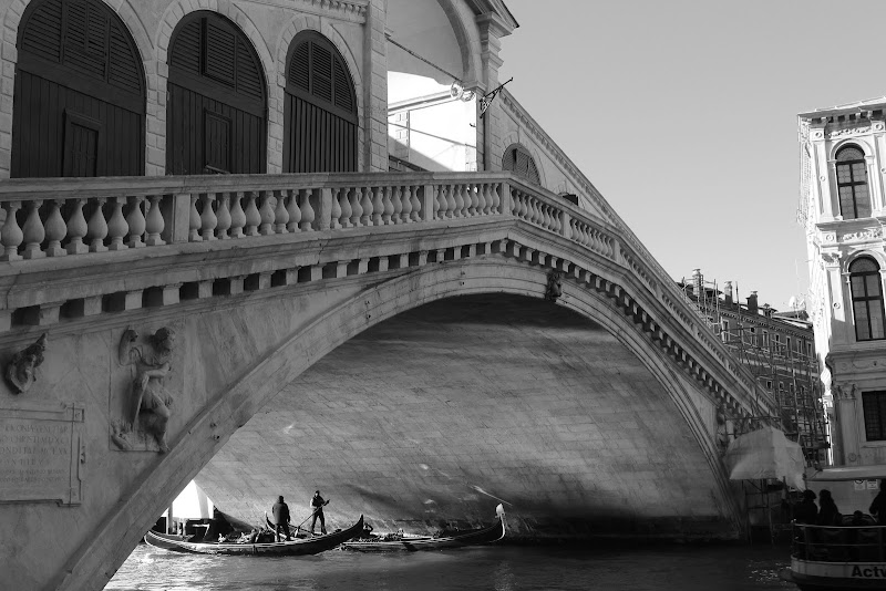 Small Man Under Big Rialto Bridge di anglmngl
