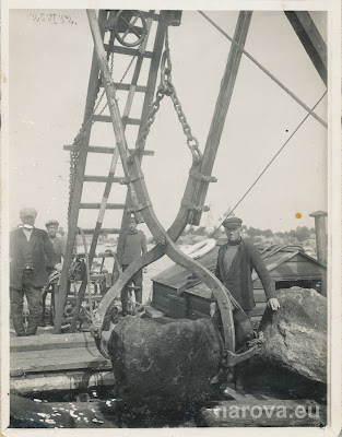 Спец. судно, клещами со дна достаются валуны.На заднем плане Сыренец.25.06.1932(из личного архива автора)
