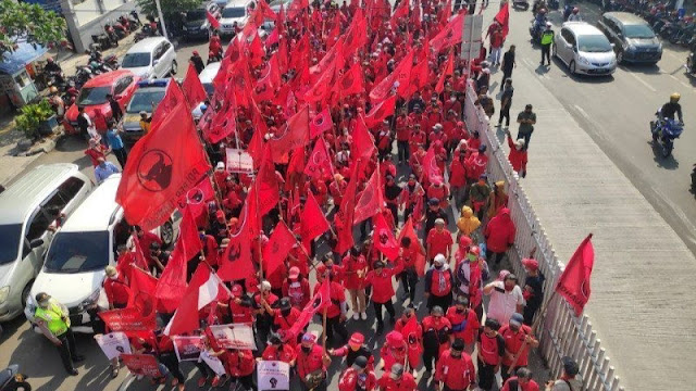 Datangi Polrestro Jaktim, Ratusan Massa Minta Polisi Tangkap Pembakar Bendera PDIP