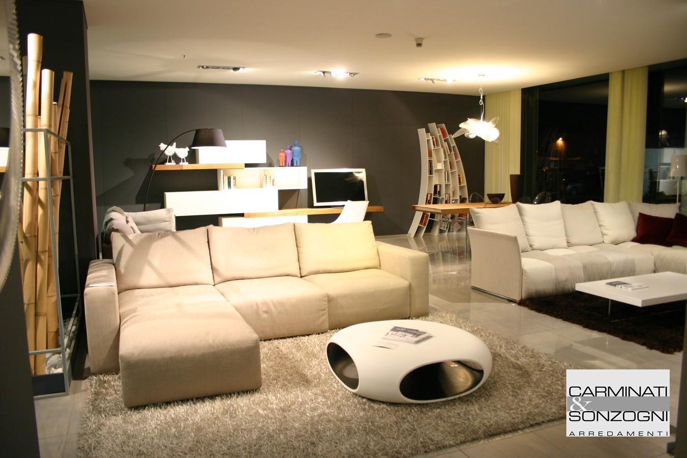 divano Taos Saba Italia nello showroom Carminati e Sonzogni a Zogno Bergamo.jpg