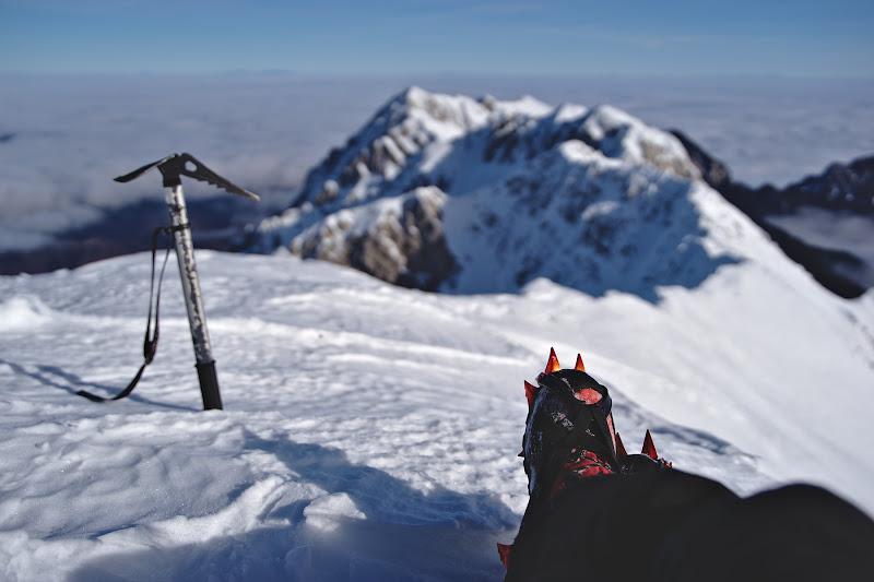 Coltarii de unica folosita, bocanci cu cateva numere mai mari si batranul piolet de la Austria-Alpin ce a a vazut mai bine de 10 ierni.