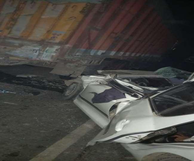 ट्रक में तेज रफ्तार कार ने मारी टक्कर, दो की मौत, एक जख्मी