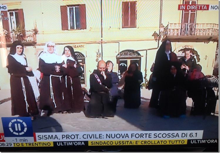 Beten vor der zerstörten Kirche in Nursia2