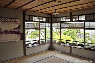 Photo: 二階、幸子の部屋。手摺り囲いの張り出しが付いた大きな窓が二面にとられていて明るく瀟洒な印象だ。