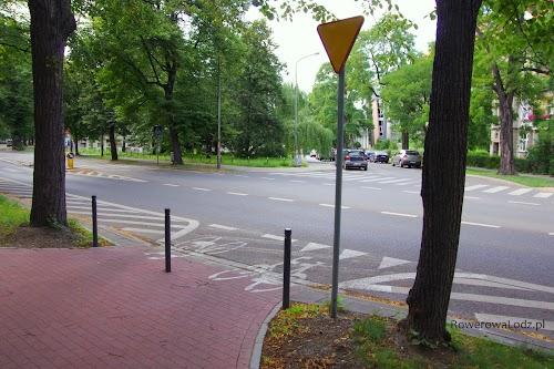 Skrzyżowanie, gdzie czwartym wlotem jest droga dla rowerów. Ale, żeby rowerzyści nie mieli wątpliwości kto ma pierwszeństwo - ustawiono znak (o odpowiedniej wielkości MINI) mówiący o konieczności ustąpienia pierwszeństwa.