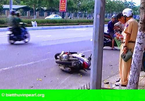 Hình 1: Hai mẹ con tử nạn khi tông vào vỉa hè