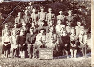 Photo: 1956/57, 7.o. Molnár János ig.,Lancz József, Kissné Vörös Margit. , Csicsói Magyar Tannyelvű Alapiskola gyerekek nem sorban: Kacz Kató, Csölle Árpád, Boross Péter, Salma János, Molnár Erzsi, Vörös Lídia, Rigó Benedek, Fél Mária, Bödők Zsuzsa, Sztahó Gyula, Győri Klára, Csémi Irén, Csémi Juszti, Szikonya Károly, Paksi József, Bödők Dénes, Kopócs Mária, Győri Lajos, Elekes Márti, Fábik Zoltán, Fél Ilona, Nagy Vince, Beke László, Beke Hermina