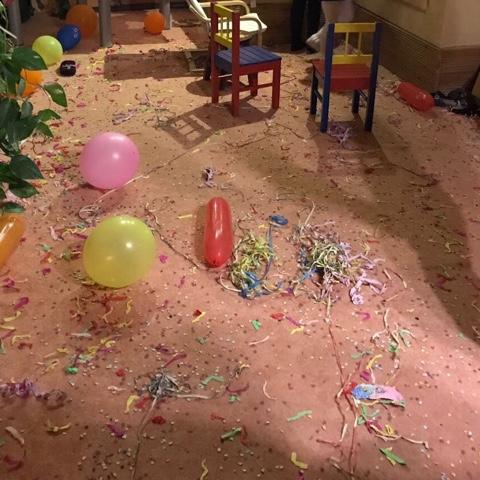 Kinder feiern ausgelassen