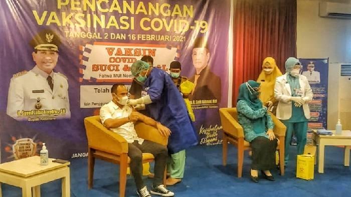 Ketua DPRD Syairi Mukhlis menjadi orang pertama disuntik vaksin sinovac di Kotabaru. Bersama 9 pejabat tinggi lainnya, Selasa (2/2) siang tadi.