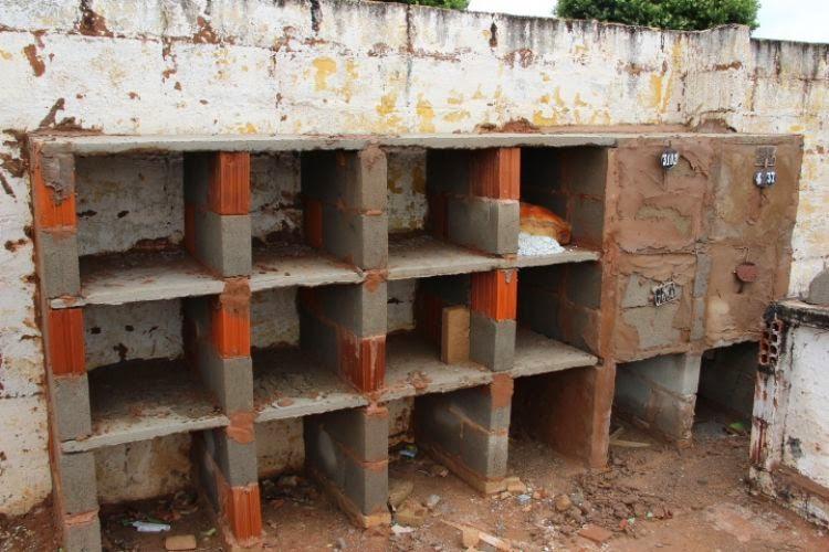 Com cemitério lotado, prefeitura improvisa abertura covas.