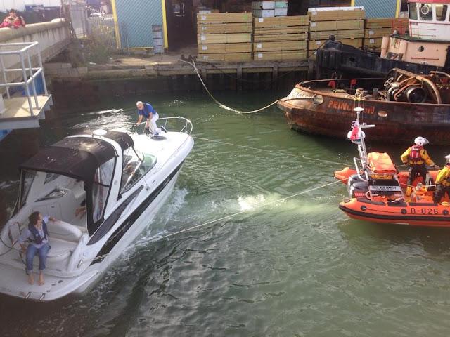 Poole ILB frees a motorboat pinned against Poole Bridge - 25 October 2015
