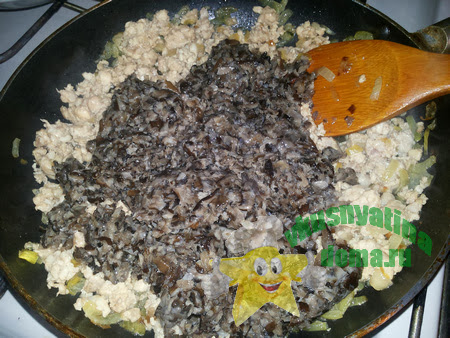 Обжариваем грибы вместе с фаршем и луком