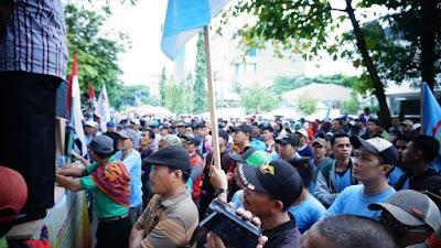 Tolak Isi Draft Omnibus Law Cipta Kerja, Ratusan Buruh Demonstrasi ke DPRD