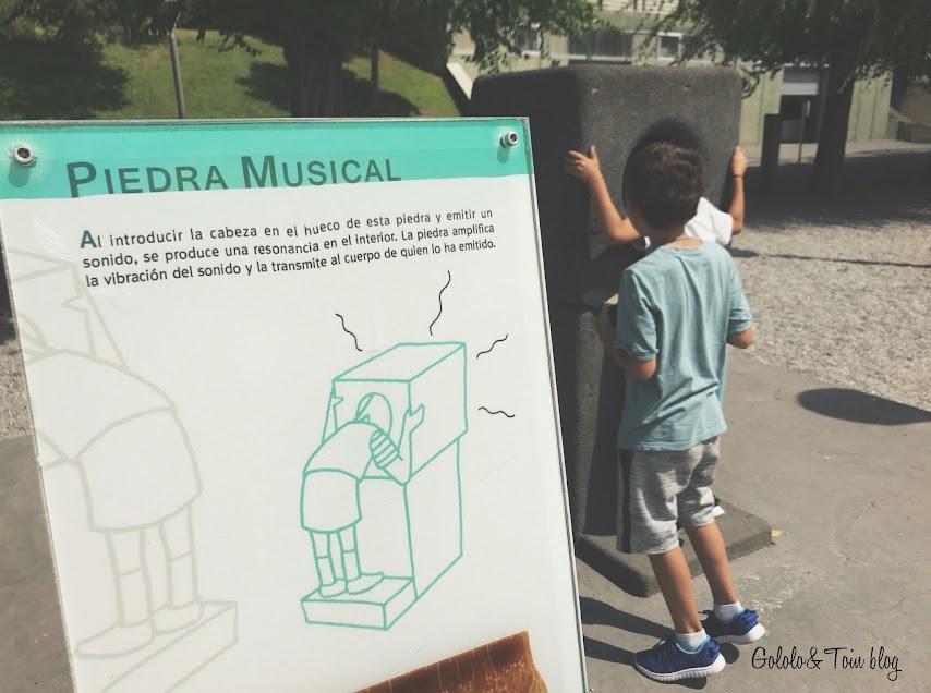 Piedra musical en el Jardín de las ciencias de Logroño