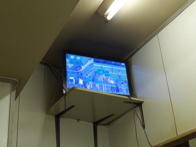 店内のテレビから流れる競馬中継