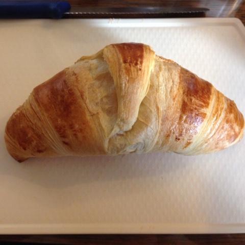 Croissant auf Frühstücksbrettchen