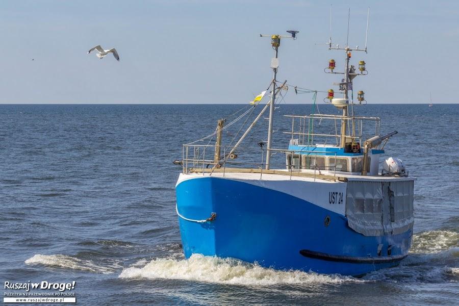 Rybacy wracają do portu w Ustce