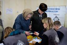 Distribuce balené pitné vody. Toshkovka, Ukrajina. Foto: Roman Lunin, Člověk v tísni