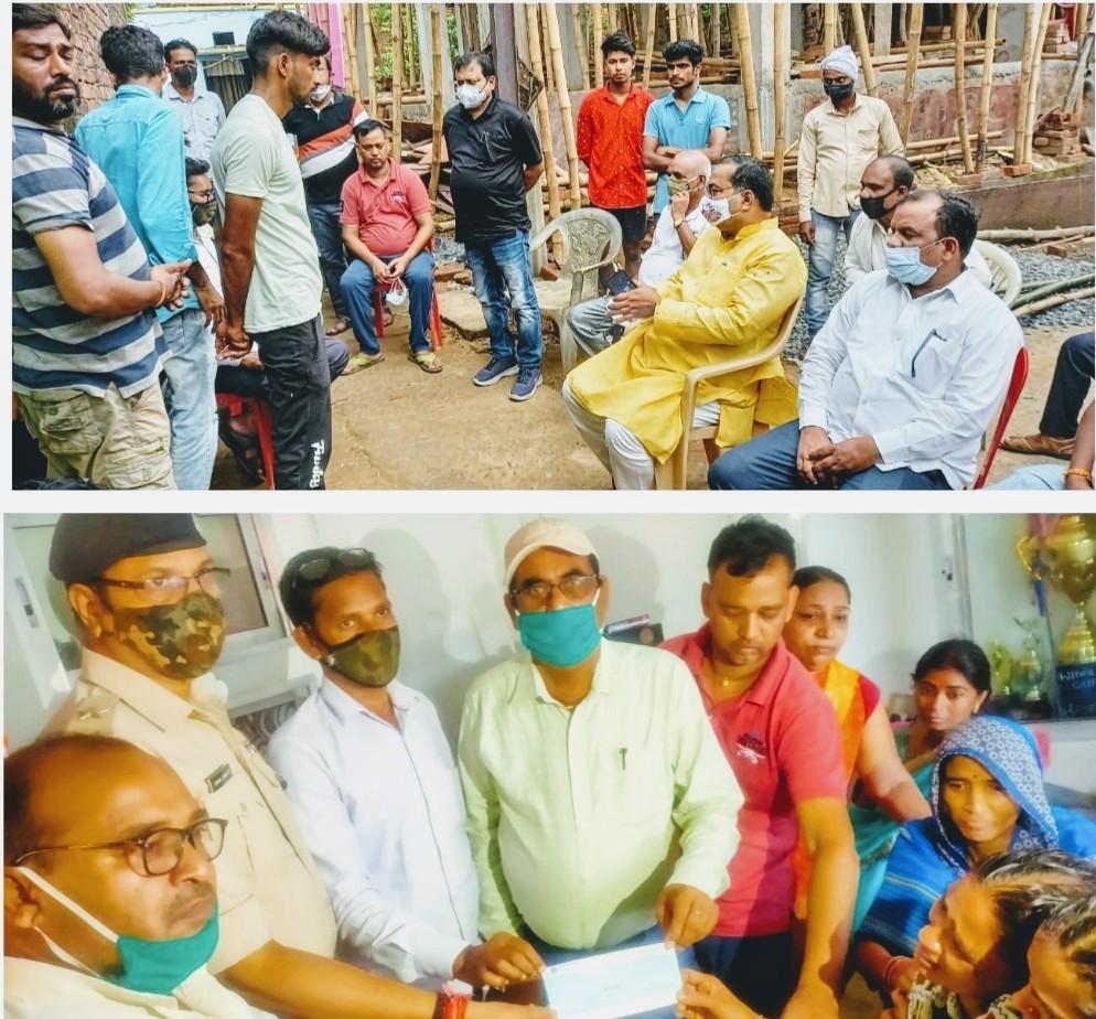 मृतक के परिजन से मिले पूर्व मंत्री भगवान सिंह कुशवाहा, सीओ ने दिया चार लाख रुपये का चेक