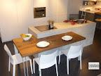 particolare del tavolo in legno massello incastrato nell'isola, cucina modello Monoliti di Mesons, visibile nella nostra esposizione di Zogno Bergamo