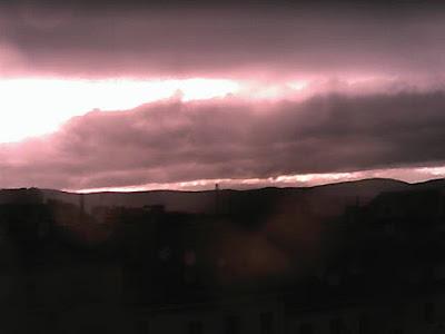 Wetterupdate Sturm Niklas in Wien  Derzeit ziehen einige Schauerstaffeln über das Stadtgebiet hinweg, in diesen kommt es immer wieder zu Sturmböen, allerdings hält sich bisher alles noch in Grenzen. Die stärkste Windböe an der Wetterstation betrug bisher 60 km/h (in freien Lagen um die 80 km/h), dazu sind bis jetzt 5.5 l/m² Regen gefallen und die Temperatur beträgt aktuell noch 10 Grad. Mit 16.4°C ist es am Nachmittag angenehm mild geworden. #wetter  #wien  #favoriten  #sturm  #niklas