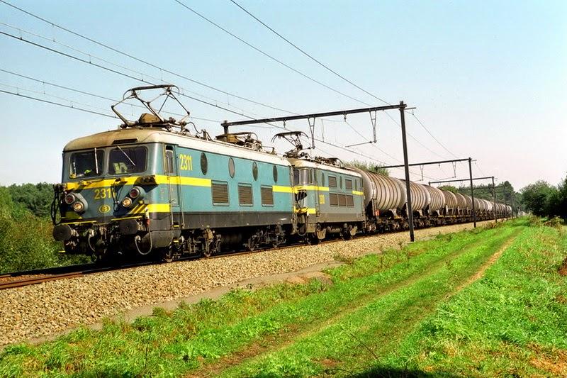 2311 in Langdorp op lijn 25 met ketelwagens (foto Axel Vermeulen)