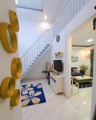 Posisi tangga di ruang keluarga
