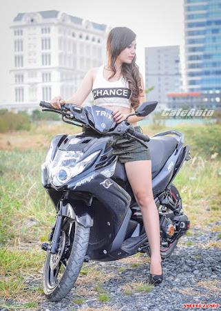 Ngắm gái xinh bên Yamaha Nouvo