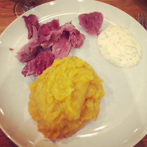 Kokt rimmad fläsklägg med rotmos och senapscrème