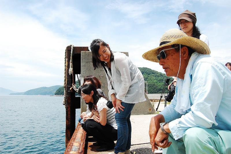 坂手港で釣り人と
