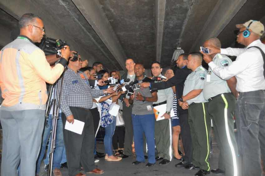 DIGESETT localiza y fiscaliza conductor que tránsito por acera en la calle Aristides Fiallo Cabral