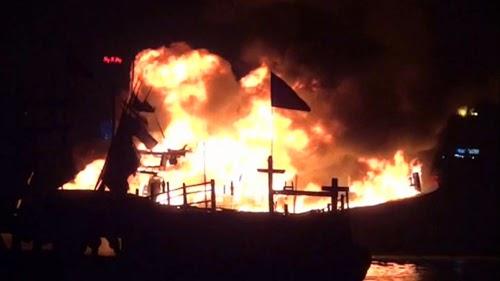 Tàu cá cháy rừng rực trong đêm trên sông Hàn - ảnh 1