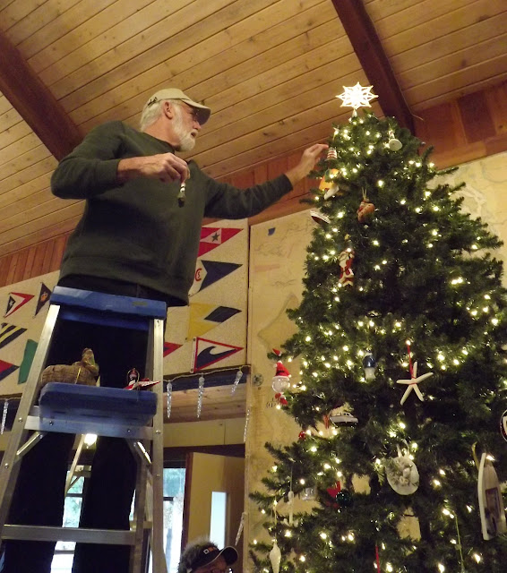 2017 Clubhouse Christmas Decorating - 024.JPG