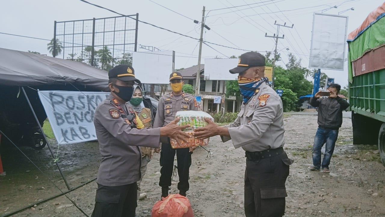 Tiba Di Sabbang Luwu Utara, Polres Gowa Serahkan Bantuan di Petugas Posko